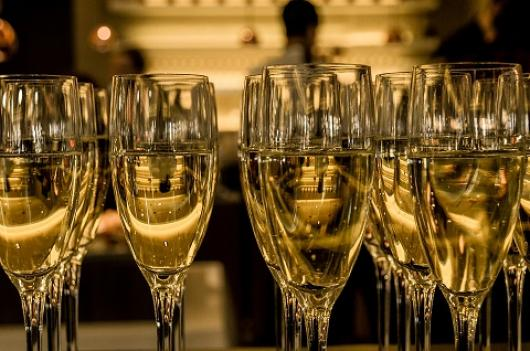 glass-champagne-bartender-bar