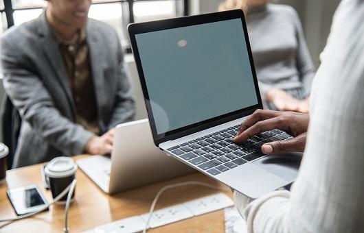 stage-dublin-administrateur-informatique-ordinateur-bureau