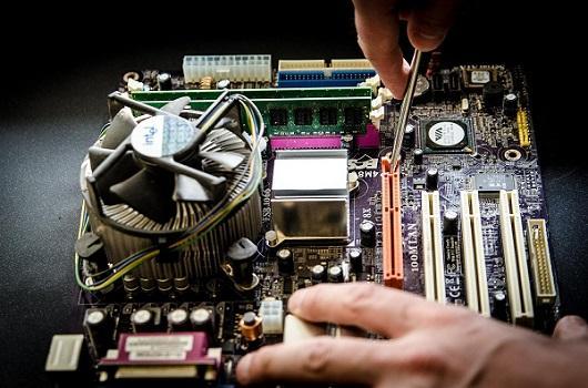 stage-dublin-administrateur-informatique-mémoire-interne-tournevis-réparation-main